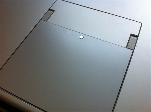 Mit etwas Druck passt der Billig-Akku gut in das MacBook Pro und schließt plan mit dem Boden ab.